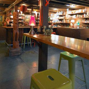 Immagine di una taverna eclettica con pavimento blu