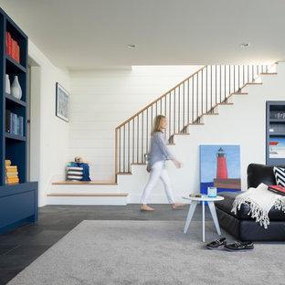 Ejemplo de sótano marinero con paredes blancas y suelo gris
