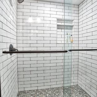 Idee per una piccola taverna country interrata con pareti viola e pavimento grigio