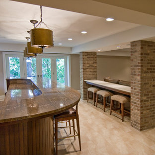 Cette image montre un grand sous-sol design enterré avec un mur beige, un sol en vinyl, aucune cheminée et un sol beige.