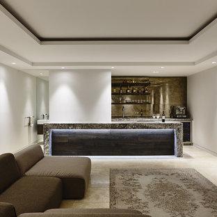 Cette image montre un sous-sol design enterré avec un mur blanc et un sol en calcaire.