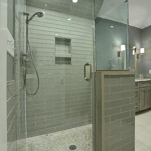 Idée de décoration pour un grand sous-sol bohème donnant sur l'extérieur avec un mur beige, un sol en bois brun, une cheminée standard et un manteau de cheminée en pierre.