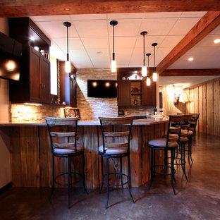 Esempio di una taverna stile rurale seminterrata con pareti beige e pavimento in cemento