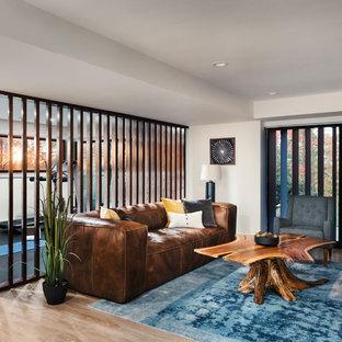 Idee per una taverna moderna con sbocco, pareti beige e pavimento beige