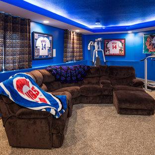 Cette image montre un grand sous-sol bohème semi-enterré avec un mur bleu, moquette et aucune cheminée.
