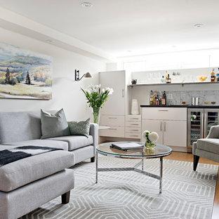 Idée de décoration pour un petit sous-sol design avec un mur blanc, sol en stratifié, aucune cheminée et un sol orange.