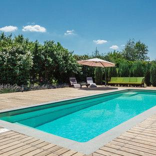 Удачное сочетание для дизайна помещения: спортивный, прямоугольный бассейн на заднем дворе в современном стиле с настилом - самое интересное для вас