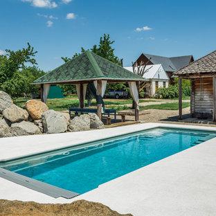 Неиссякаемый источник вдохновения для домашнего уюта: прямоугольный бассейн на заднем дворе в стиле кантри