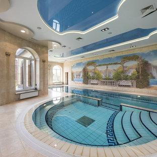 Выдающиеся фото от архитекторов и дизайнеров интерьера: спортивный бассейн произвольной формы в доме в средиземноморском стиле с джакузи и дорожками из плитки