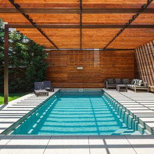 Свежая идея для дизайна: спортивный, прямоугольный бассейн на заднем дворе в современном стиле с покрытием из плитки - отличное фото интерьера
