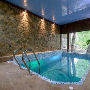 Неиссякаемый источник вдохновения для домашнего уюта: прямоугольный бассейн среднего размера в доме в современном стиле