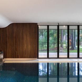 Идея дизайна: бассейн в доме в современном стиле с фонтаном