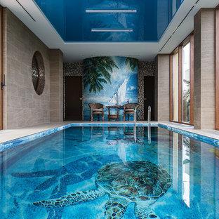 На фото: спортивный, прямоугольный бассейн в доме в современном стиле с
