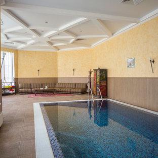 Modelo de piscina de tamaño medio, interior y rectangular, con suelo de baldosas