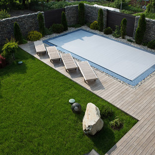 Свежая идея для дизайна: большой прямоугольный бассейн-инфинити на внутреннем дворе в современном стиле с настилом - отличное фото интерьера
