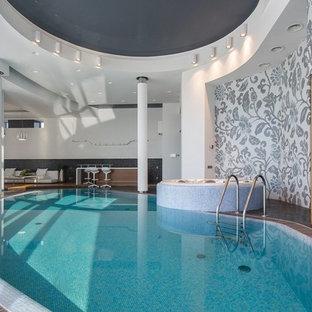 Неиссякаемый источник вдохновения для домашнего уюта: бассейн произвольной формы в доме в современном стиле с джакузи