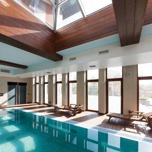 Новый формат декора квартиры: большой спортивный, прямоугольный бассейн в доме в современном стиле с настилом