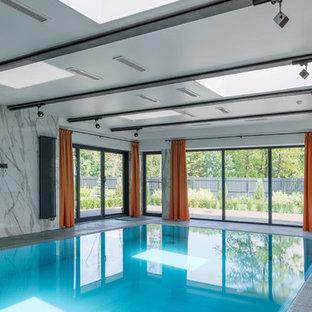 Стильный дизайн: прямоугольный бассейн в доме в современном стиле - последний тренд