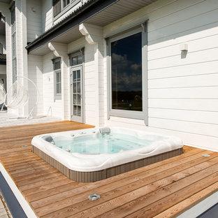 Неиссякаемый источник вдохновения для домашнего уюта: бассейн на боковом дворе в современном стиле с джакузи и настилом