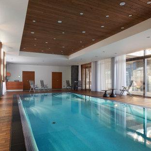 Создайте стильный интерьер: большой спортивный, прямоугольный бассейн в доме в современном стиле с настилом - последний тренд