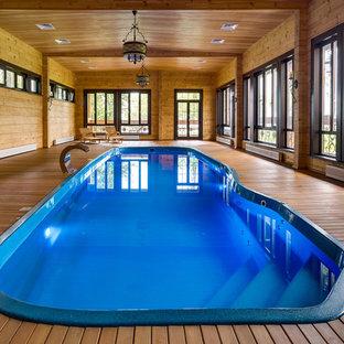 Пример оригинального дизайна: бассейн среднего размера, произвольной формы в доме в стиле кантри с настилом
