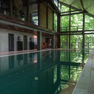 Пример оригинального дизайна: огромный прямоугольный бассейн в доме в современном стиле с джакузи и покрытием из плитки