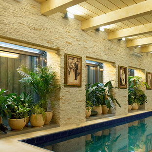 Foto de casa de la piscina y piscina mediterránea, de tamaño medio, rectangular, en patio trasero, con suelo de baldosas