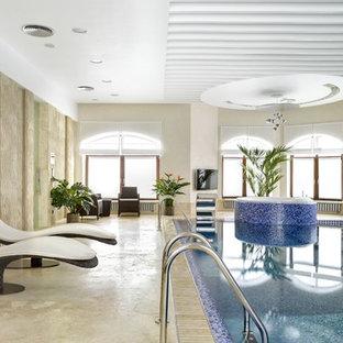 Новые идеи обустройства дома: большой прямоугольный бассейн в доме в современном стиле с джакузи