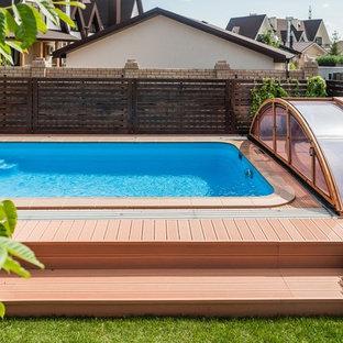 Ejemplo de piscina elevada, actual, de tamaño medio, rectangular