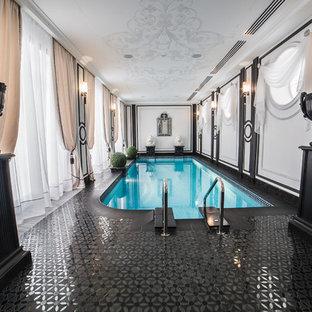 Новые идеи обустройства дома: прямоугольный бассейн в доме в классическом стиле с дорожками из плитки