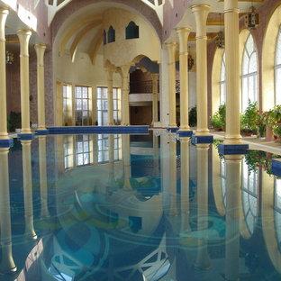 Foto di una grande piscina fuori terra etnica rettangolare in cortile con una vasca idromassaggio e pavimentazioni in pietra naturale