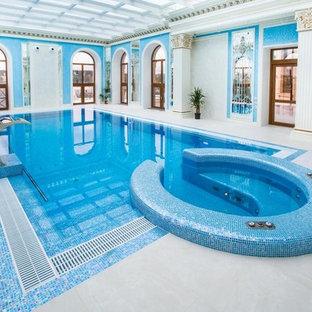 Новый формат декора квартиры: прямоугольный бассейн среднего размера в доме в классическом стиле с джакузи
