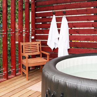 Exemple d'une piscine sur une terrasse en bois hors-sol tendance ronde.