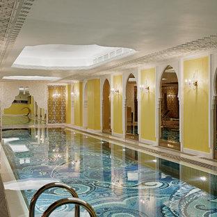 Удачное сочетание для дизайна помещения: большой прямоугольный бассейн в доме в средиземноморском стиле с домиком у бассейна - самое интересное для вас