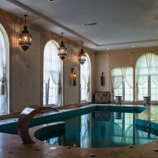 モスクワのオーダーメイドアジアンスタイルのおしゃれな屋内プール (噴水) の写真