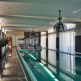 Пример оригинального дизайна интерьера: прямоугольный бассейн в доме в стиле современная классика