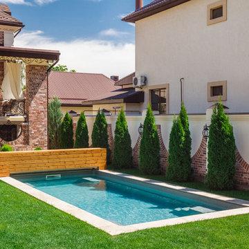 Роллетное покрытие для бассейна под декоративным деревянным коробом.