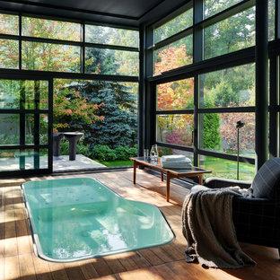На фото: бассейны произвольной формы в доме в современном стиле с настилом и домиком у бассейна