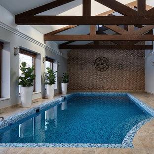 Стильный дизайн: бассейн произвольной формы в доме в стиле рустика с покрытием из плитки - последний тренд