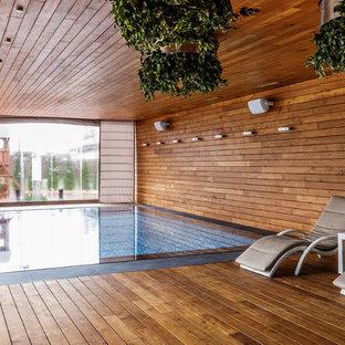 Новые идеи обустройства дома: прямоугольный бассейн в доме в стиле фьюжн с настилом