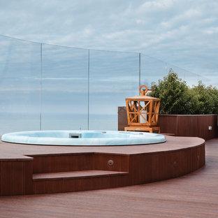 На фото: бассейн в современном стиле с джакузи с