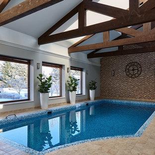 Стильный дизайн: бассейн произвольной формы в доме в стиле рустика - последний тренд