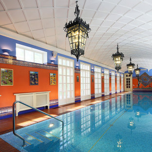 Неиссякаемый источник вдохновения для домашнего уюта: прямоугольный, спортивный бассейн в доме в восточном стиле с настилом