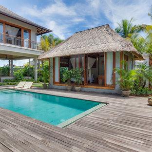 Новые идеи обустройства дома: прямоугольный бассейн в морском стиле с домиком у бассейна и настилом