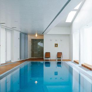 Создайте стильный интерьер: прямоугольный бассейн в доме в современном стиле с настилом - последний тренд