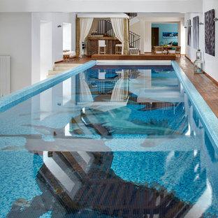 Diseño de piscina mediterránea interior y rectangular