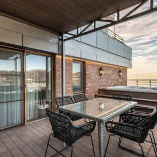 На фото: прямоугольный бассейн на крыше в современном стиле с джакузи и настилом