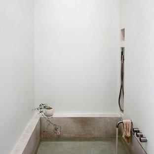 Aménagement d'une petit salle de bain scandinave avec un combiné douche/baignoire, un mur blanc et une baignoire en alcôve.