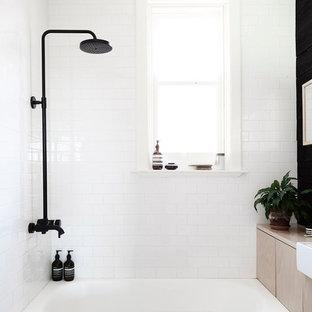 Idee per una piccola stanza da bagno padronale nordica con vasca/doccia, piastrelle bianche, pareti bianche, lavabo a bacinella e vasca ad alcova