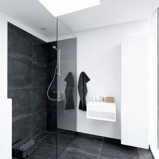 Immagine di una stanza da bagno padronale scandinava di medie dimensioni con piastrelle nere, pareti bianche e doccia alcova